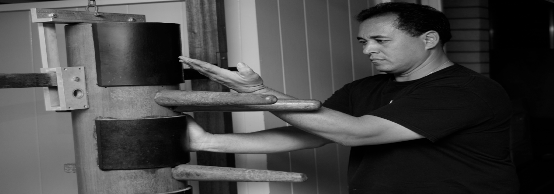 wingchun-hawaii-sifu-wayde-wooden-dummy-bw